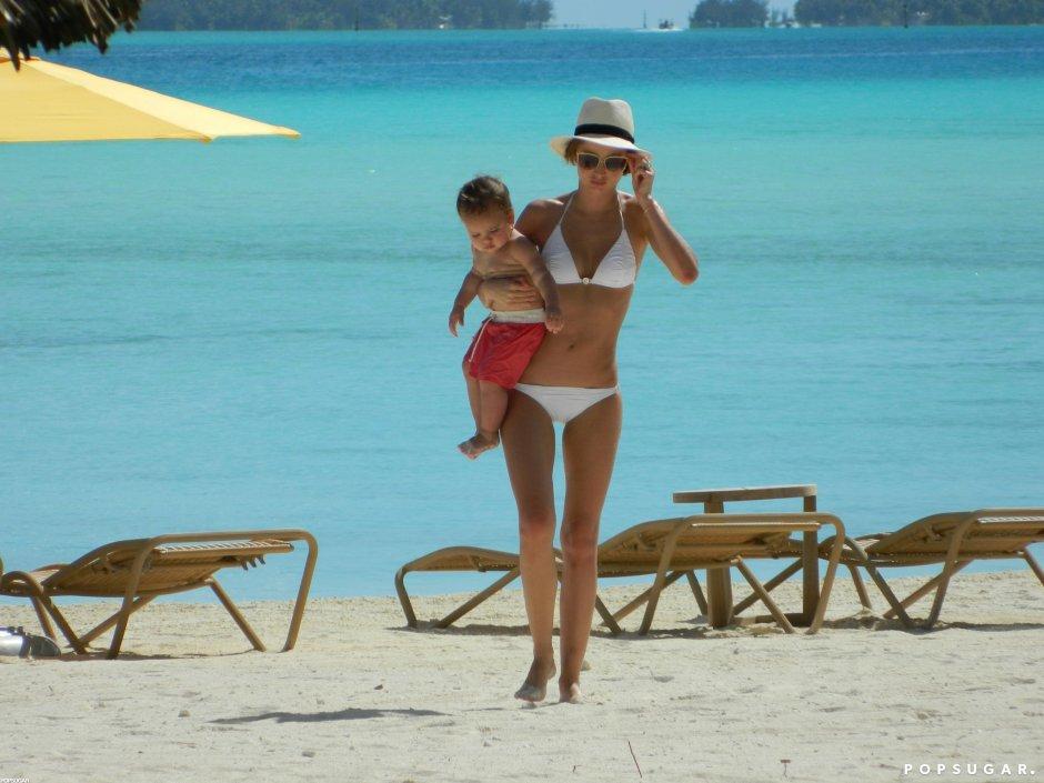 Miranda-Kerr-hung-out-beach-Bora-Bora-Flynn.jpg